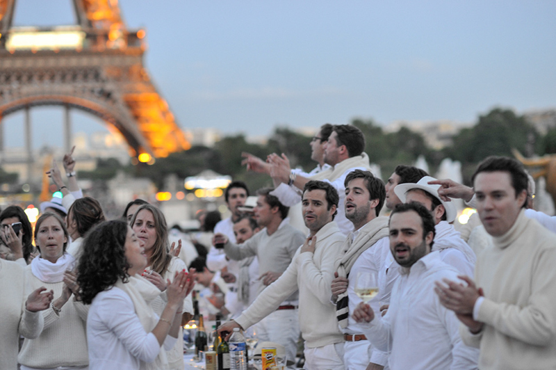 Secret White Party in Paris under the Eiffel Tour  (23)